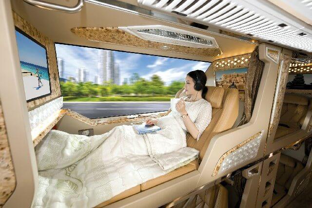 Di chuyển bằng xe limousine