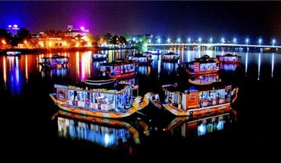 Nghe ca Huế trên thuyền rồng trên sông Hương