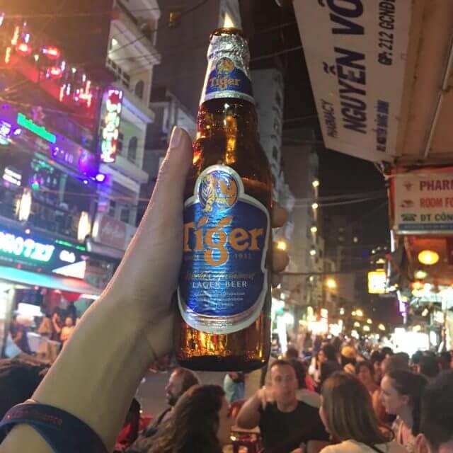 Uống bia trên phố đi bộ