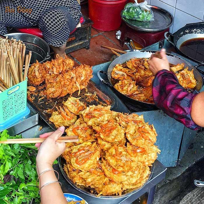 Bánh tôm chợ Đồng Xuân giòn rụm, thơm ngon