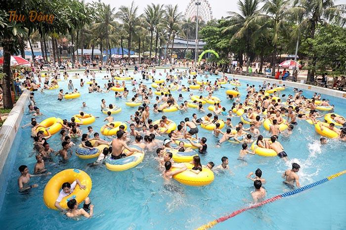 Bể tạo sóng là trò chơi thu hút sự tham gia đông đảo của mọi người