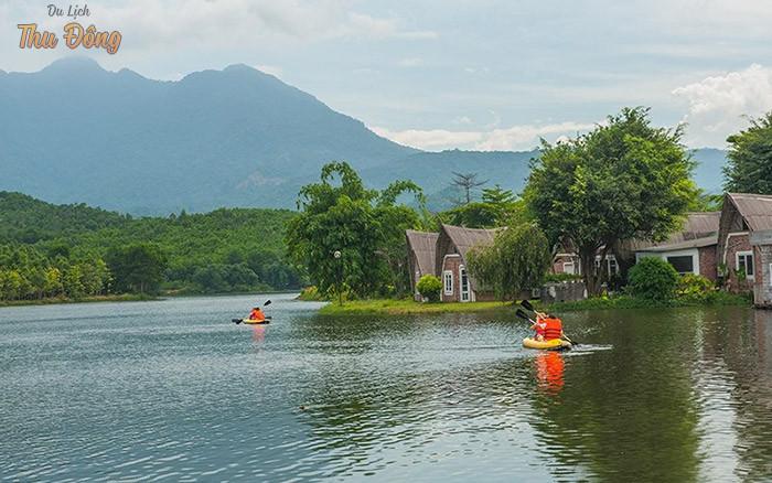 Trải nghiệm hoạt động chèo thuyền giữ thiên nhiên thơ mộng