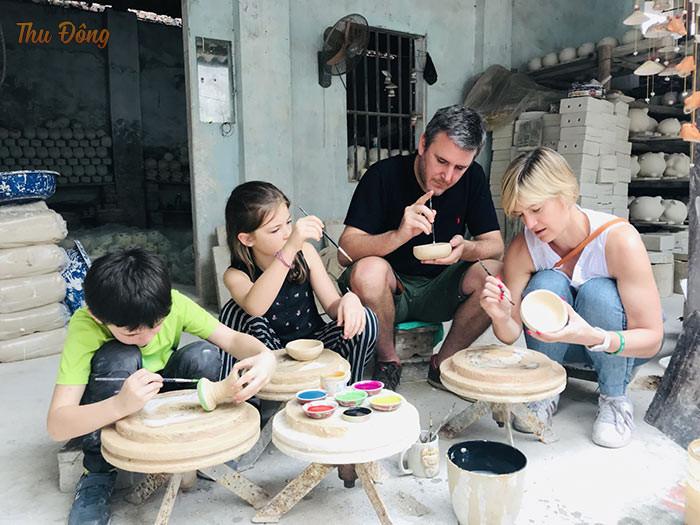 Du khách tự tây tạo nên sản phẩm gốm sứ ý nghĩa