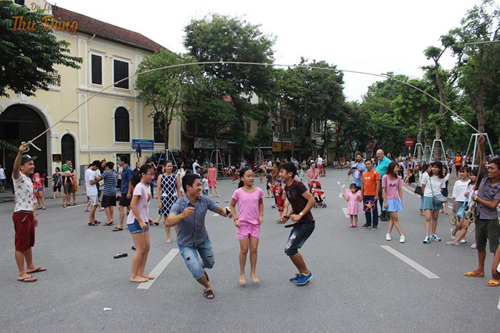 Nhảy dây thu hút sự tham giản của đông đảo các bạn trẻ với đội chân dẻo dai, tinh tế