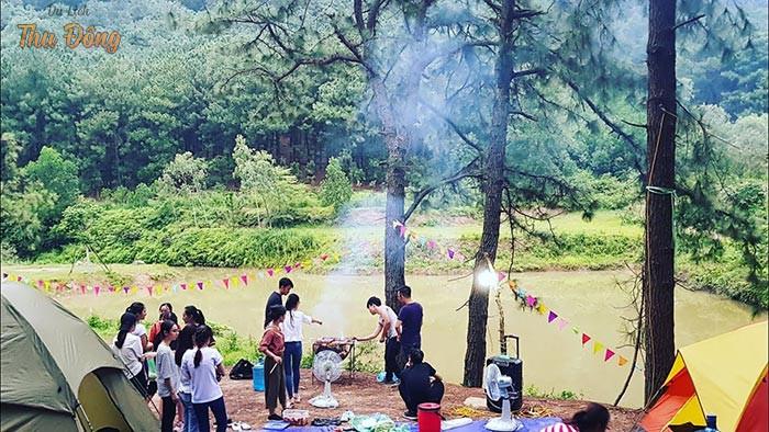 Hoạt động cắm trại, tổ chức nướng thịt được mọi người tham gia