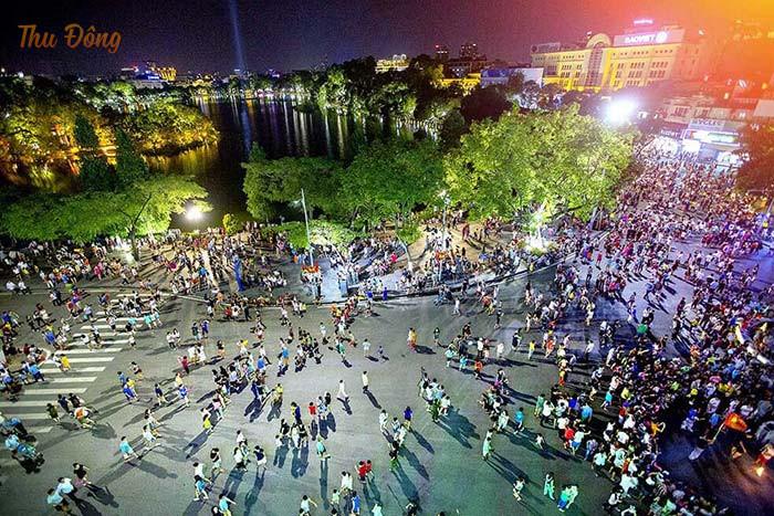Khung cảnh tấp nập, nhộn nhịp của phố đi bộ Hà Nội