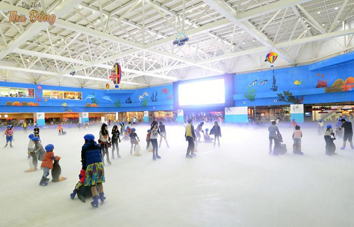 Trải nghiệm trượt bằng tại khu vui chơi Royal City