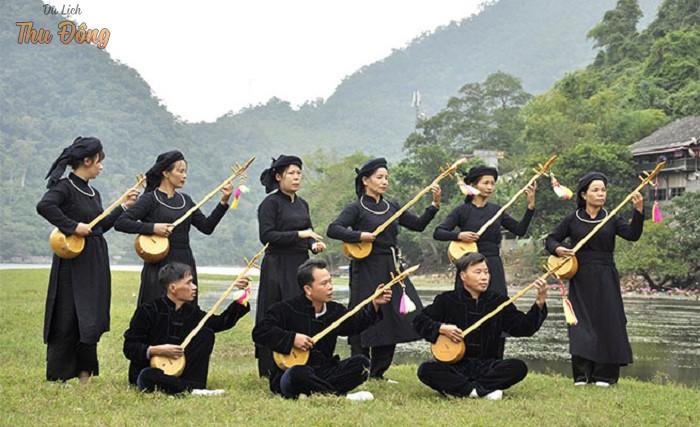 Dân tộc Tày với trang phục truyền thống là áo dài